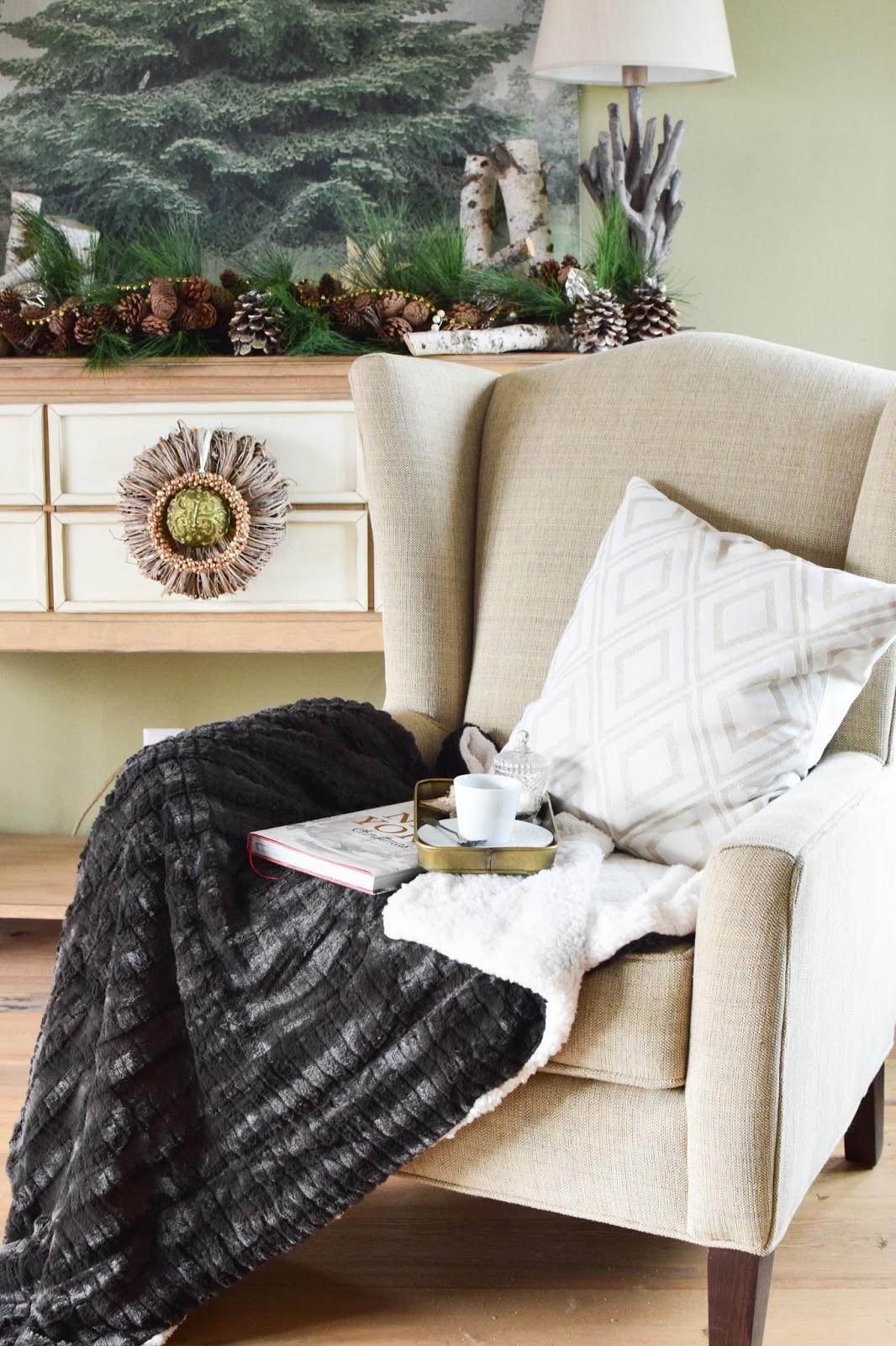 Weihnachtsdeko für Wohnzimmer: Tannenbaum, Weihnachtsbaum, Tannengirlande und Plaid Kuscheldeck von Erwin Müller / Werbung. Dekoidee, Deko, Dekoration, Interior, weihnachtlich, festlich