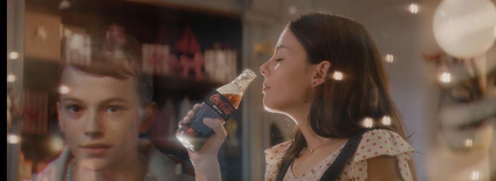 Pubblicità Coca Cola con il bambino che regala la bibita per il Natale 2016: ragazza e modella spot