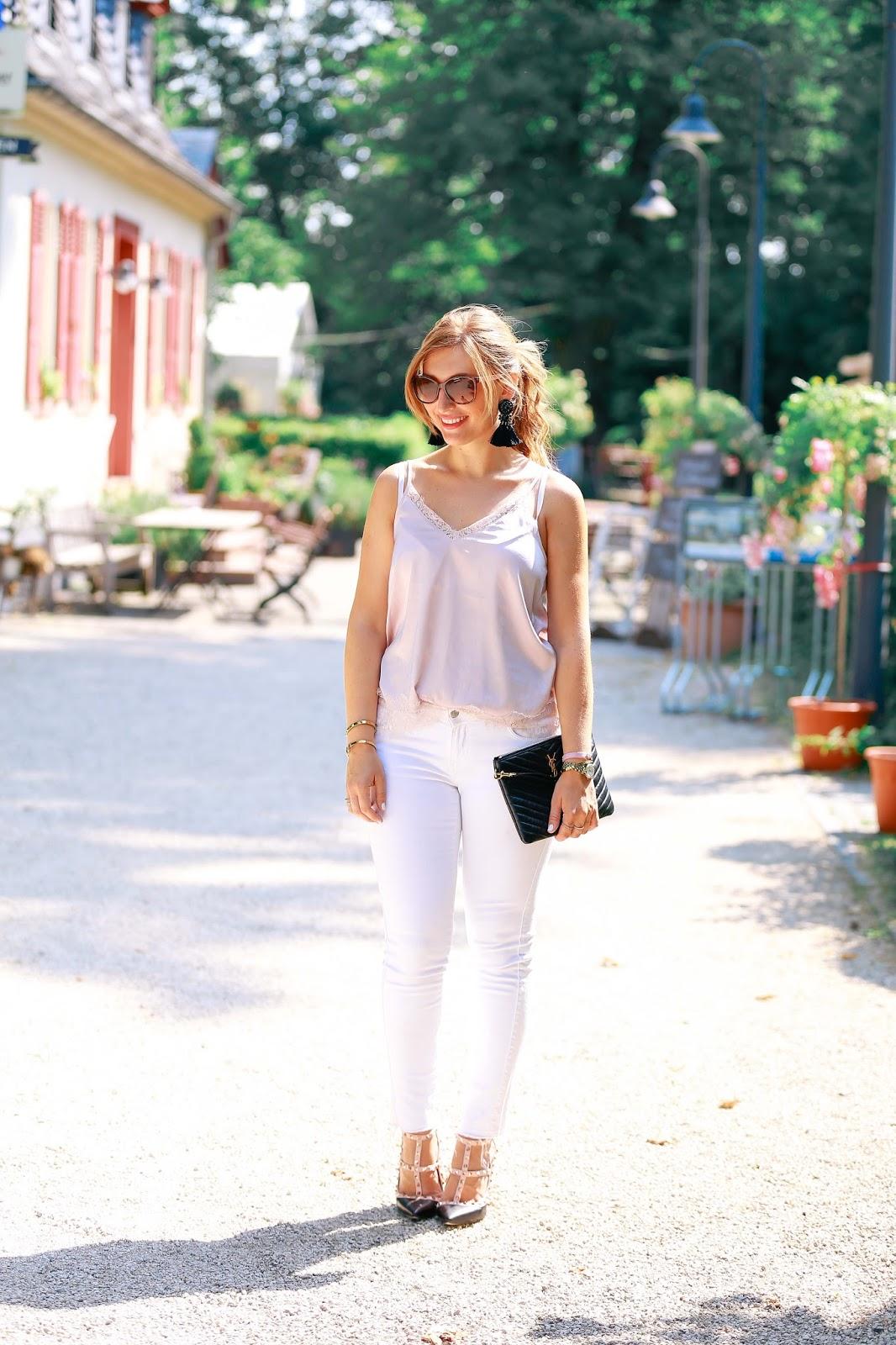 Fashionblogger-Frankfurt-Main-Modeblog-Alte-Oper-ysl-clutch-schuhe-mit-nieten-weiße-jeans-hängeohrringe