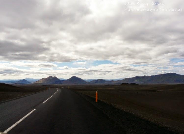 Straße in Island, die durch eine Hochlandebene führt