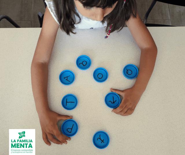 Actividad para peques: juegos de memoria con tapones reciclados