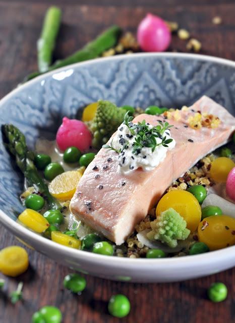 Lachs auf Quinoa mit Frühlingsgemüse und Kräuter-Sahnesauce