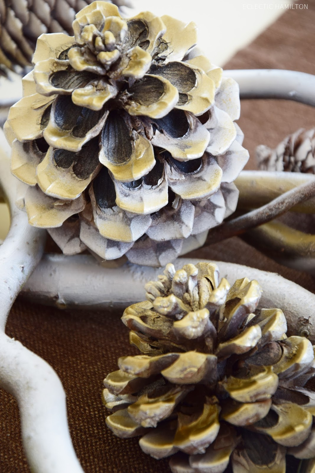 DIY - Von Herbst auf Winter in wenigen Minuten. Wie ihr mit Kürbissen und Zapfen eine tolle Deko zaubert. Einfach und schnell. Dekoration, Tischdeko, Farbspray, Gold und Weiß, Weihnachten
