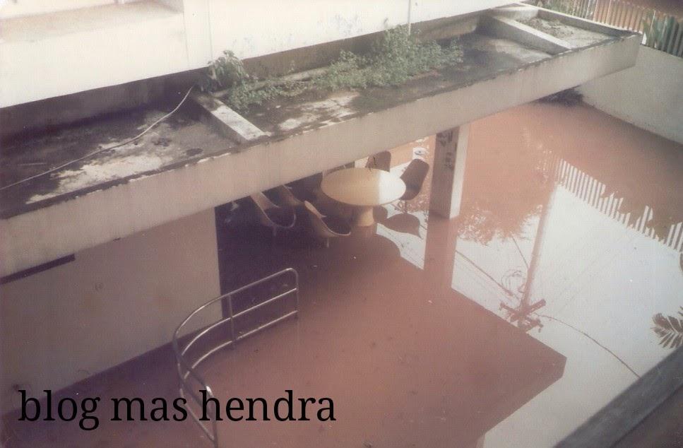 kolam renang terendam banjir