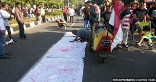 Rakyat Tanda Tangani Spanduk Dukungan Seruan Aksi Bela Rakyat 121 BEM Seluruh Indonesia