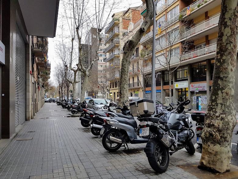 旅社附近的街景,摩托車 (motorcycle) 還不少呢