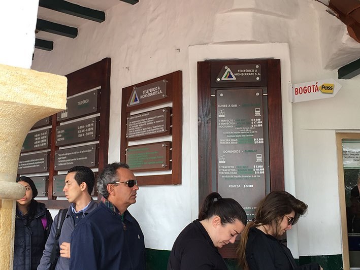 Fila na bilheteria do Cerro de Monserrate - Bogotá