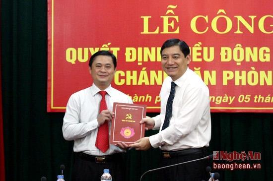 Bí thư Tỉnh uỷ Nguyễn Đắc Vinh trao Quyết định Chánh văn phòng Tỉnh ủy cho ông Thái Thanh Quý