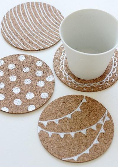 Anda bisa membuat tatakan gelas dari kardus atau kertas daur ulang.
