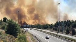 Η Εθνική Οδός παραμένει κλειστή για προληπτικούς λόγους – Ενισχύθηκαν οι δυνάμεις της Πυροσβεστικής  Φωτιά ξέσπασε το μεσημέρι της Παρασκευή...