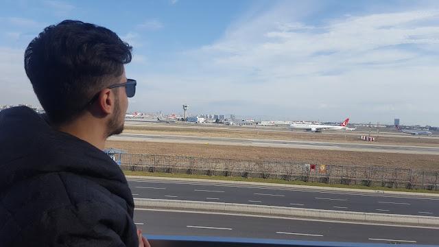 Harun İstenci Turkish Airlines'a ait Boeing 777 tipi uçağın kalkışını izlerken...