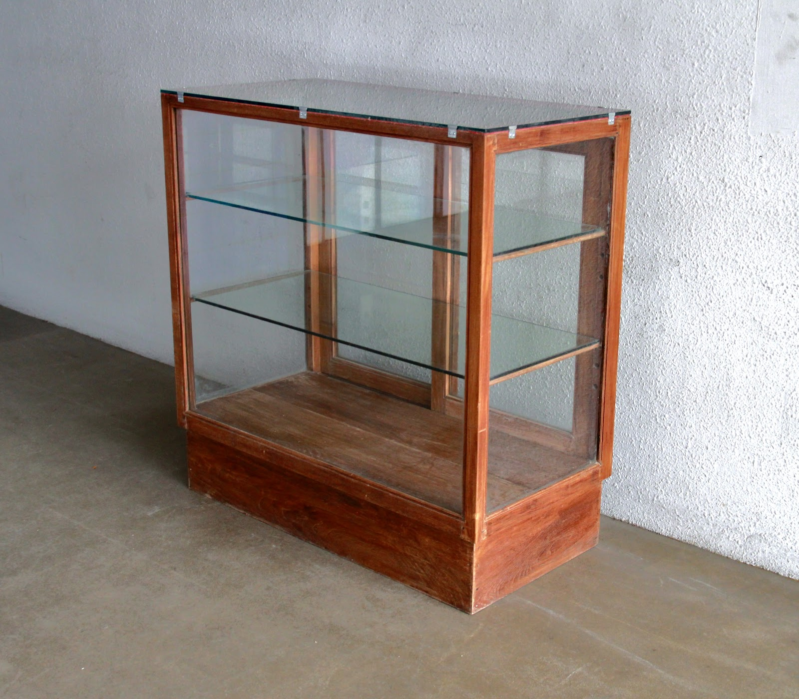 6345e9331f95 Vintage Showcases And Display Cabinets Ashley Furniture