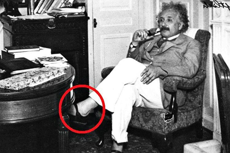 Albert Einstein çorap giymeyi hiç sevmezdi ediyordu, ilgisini dağıttığını düşündüğü için çorap giymezdi.