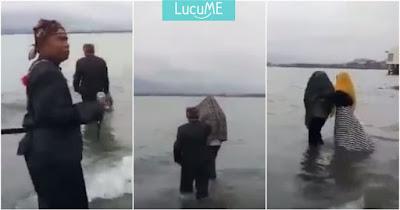 Pelakor dan Pebinor Ini Kena Hukuman Adat, Video Direndam Di Lautnya Jadi Viral
