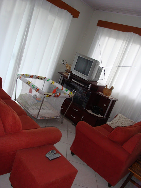 Vista geral da sala de estar e TV