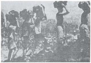 Para pekerja Romusha sedang melakukan pekerjaan-pekerjaan atas perintah militer Jepang