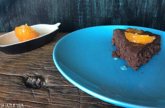 porción-de-tarta-de-chocolate-con-mandarina