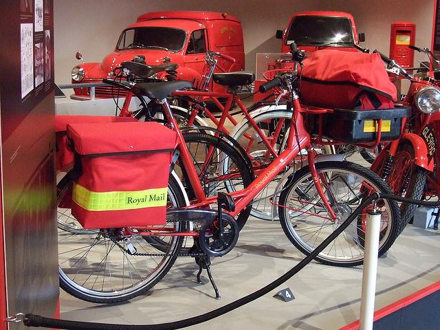 マイケルリンネルのバッグを装備したイギリスRoyal Mailの配達用自転車