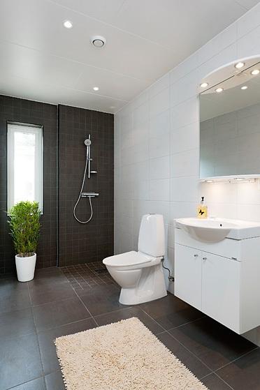 I brist på något färgglatt så lägger jag upp lite bilder från två riktigt  trevliga vit bruna badrum  07bc131b4a034
