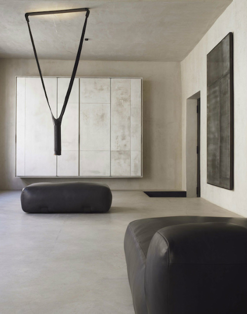 Gerahmten Platten aus verwittertem Aluminium hängen als Bilder an den Wänden