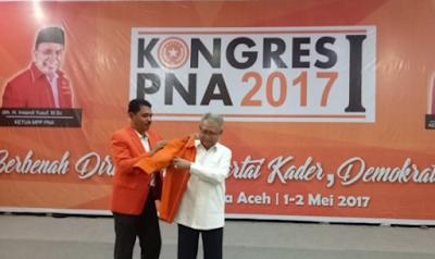 """Zaini Abdullah Dipakaikan Jas PNA, Kader: """"Woe Woe Woe"""""""