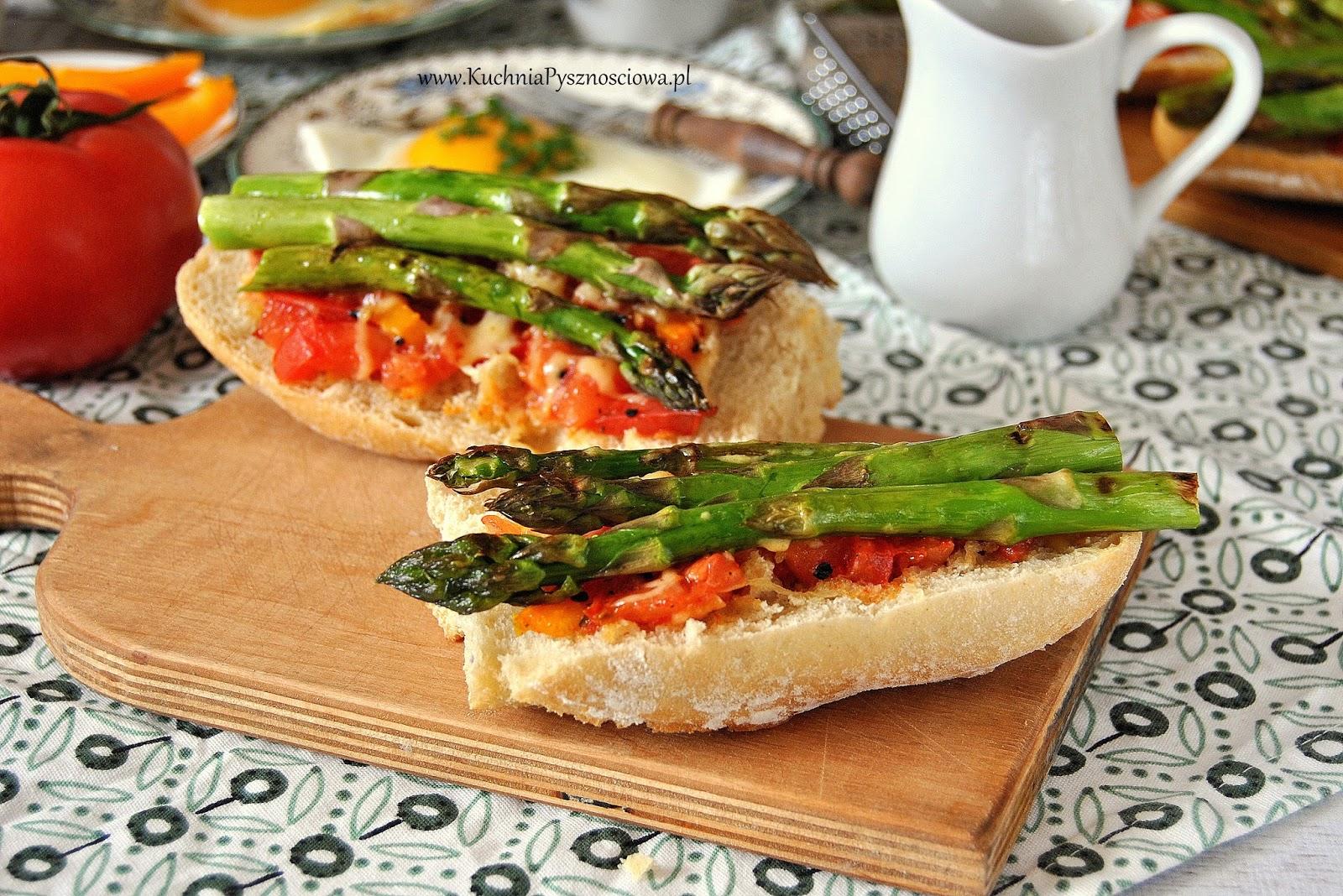 598. Tosty ze szparagami i pomidorami
