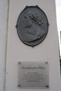 Relief von Felix Mendelssohn Bartholdy am Gebäude