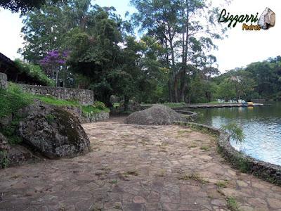 Calçamento de pedra com pedra São Carlos com construção do lago, muros de pedra e execução do paisagismo em condomínio em Atibaia-SP.