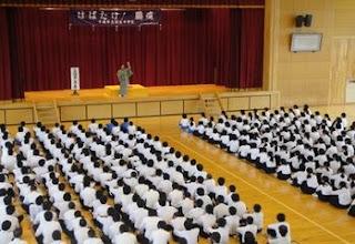 学校で開催された三遊亭楽春の楽しく学習できる講演会(落語鑑賞会)の風景です。