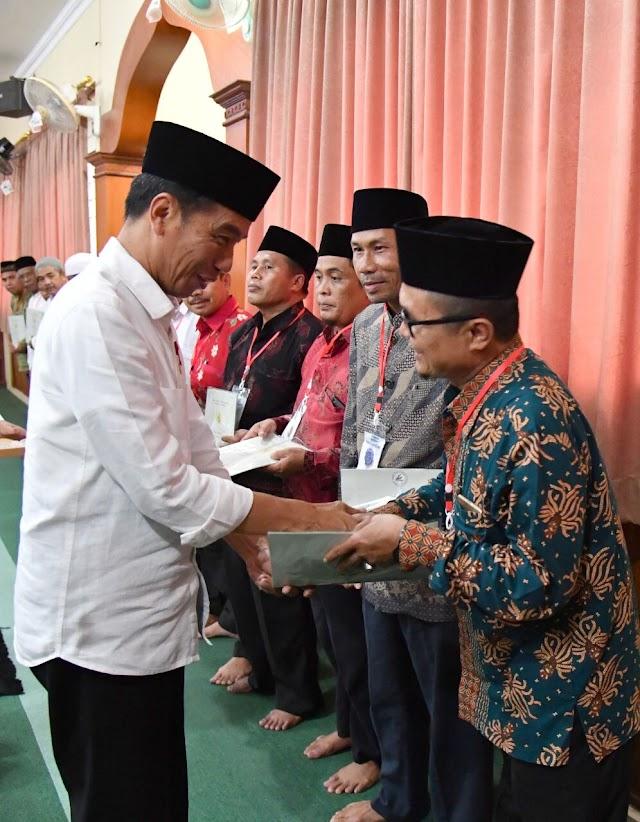 Presiden Serahkan Sertifikat Tanah Wakaf Di Bali