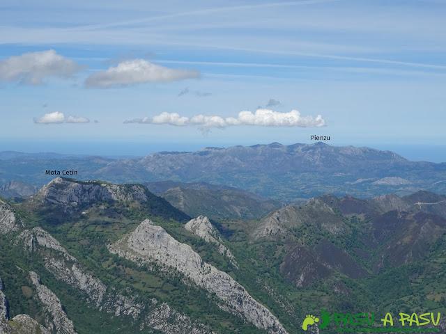Ruta al Pierzu desde Priesca: Vista de la Mota Cetín y Pienzu