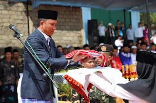 Hari Santri Nasional Bupati Lambar  Bonuskan Umroh Kepada Komandan Upacara