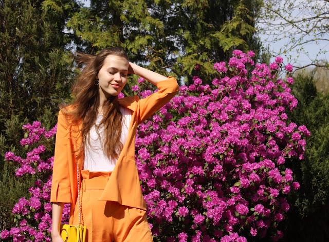 garnitur- stylizacja z garniturem- żółta torebka- stylizacja na Wielkanoc