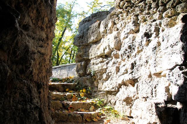 Durchgang in der Ruinenanlage im Englischen Garten in Meiningen