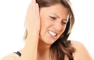 امراة تعاني من التهاب الاذن
