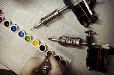 La tinta utilizada para hacer tatuajes podrían contener agentes cancerígenos
