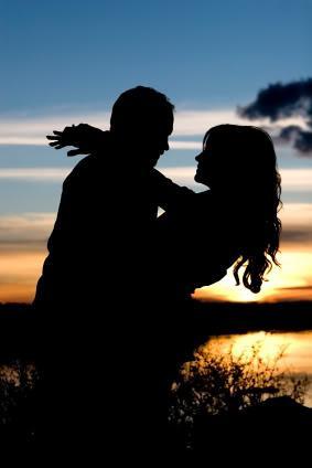 Silhouette Man Woman Embracing - كيف تجذبين الرجل اليكى - حبيبان لحظة الغروب