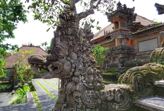 Templo Sarawasti Ubud y bar lotus esculturas
