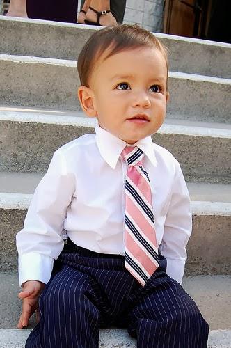 Hijo con corbata vestido como un Papá
