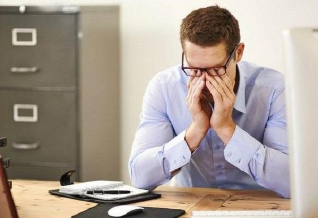 Tahukah Kamu ! 4 Efek Negatif yang Dirasakan Tubuh Saat Berlama-lama Memandang Ponsel