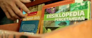 Segarnya udara di Indonesia terlihat sangat berfalsafah. Tiap 3 kali seminggu, Pak Asep Mayadi, 27, biasa menjajakan ratusan buku bacaan GRATIS di sejumlah sekolah yang kebetulan dekat dengan tempat tinggalnya, Kecamatan Rangkasbitung, Kabupaten Lebak, Banten.
