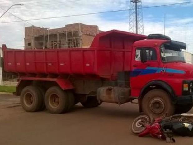 Caminhão avança preferencial e atinge motoneta em Rolim de Moura