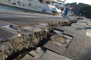 Τα κτίρια άντεξαν, ζημιές στο λιμάνι