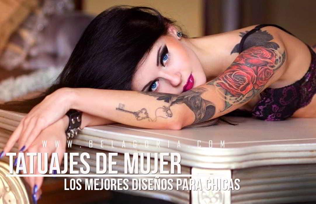 Chica morena recostada sobre una mesa isabelina, lleva tatuaje de rosas con llave