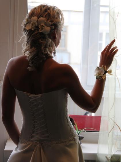 Она в свадебном платье