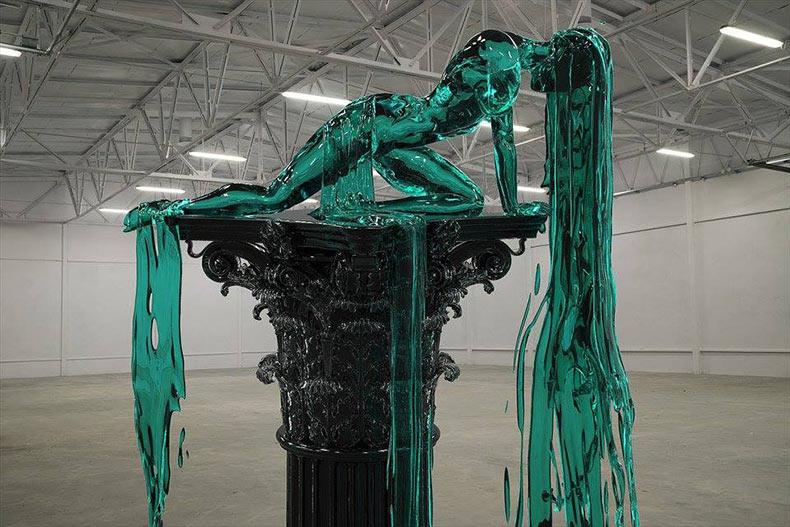 Esculturas de vidrio fundidos de figuras de mujeres derritiéndose por Alexandra Reeves