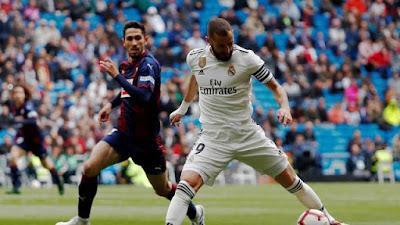 Benzema em ação pelo Real diante do Eibar (Foto: Reuters)