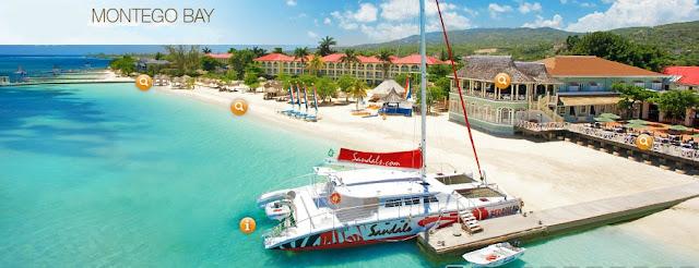 Plage de Montego Bay avec un catamaran sur le quai face à l'hôtel