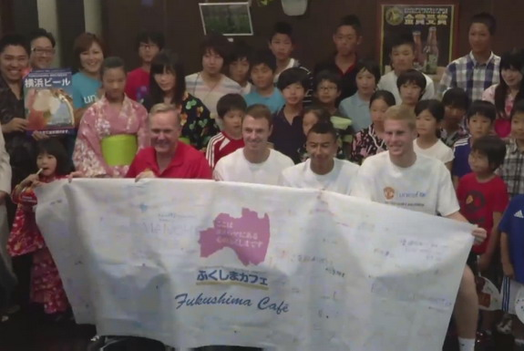 Manchester United players take pictures with the children who evacuated from Fukushima