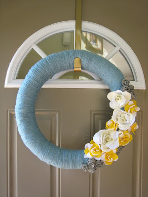 http://tommyandellie.com/index.php/2012/04/01/felt-flower-yarn-wreath/